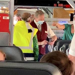 Ein Maskenverweigerer mit gelber Warnweste und Stirnband stört am 3. September 2021 die Passagiere im ICE 848. Ein Mitarbeiter der Bahn alarmiert die Polizei.