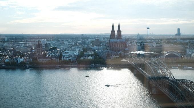 Köln: Skyline Köln bei Sonnenuntergang von KölnSky aus gesehen.
