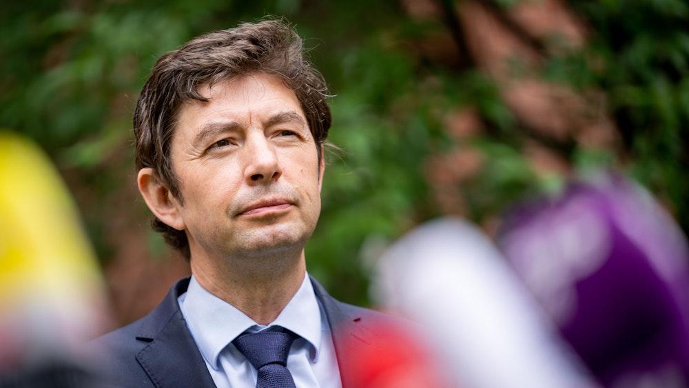 Christian Drosten, Direktor des Instituts für Virologie an der Charité, gibt nach einem Treffen mit dem österreichischen Kanzler Kurz auf dem Gelände der Charité. Drosten ist pessimistisch, dass Deutschland bald die erforderliche Impfquote erreicht.