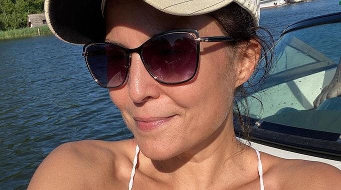 """""""Sat.1-Frühstücksfernsehen""""-Moderatorin Vanessa Blumhagen posiert im Bikini, mit Kappe und Sonnenbrille auf einem Boot für ein Foto."""