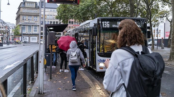 Menschen steigen am Neumarkt in Köln in einen Bus der KVB ein.