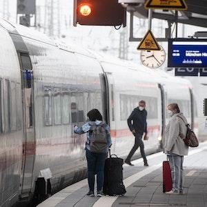Lokführer-Streik geht auch am Wochenende weiter. Unser Foto (4. September 2021) zeigt Reisende am Hauptbahnhof in Dortmund. Auch der Fernverkehr ist vom Streik betroffen.