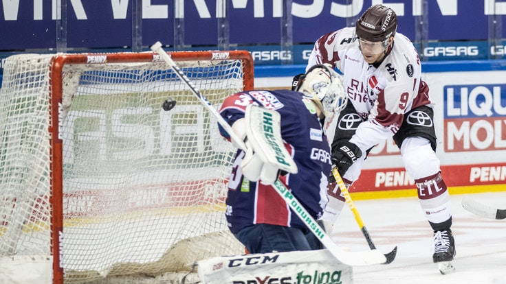Marcel Müller (r, Kölner Haie) trifft gegen Berlins Torwart Mathias Niederberger.