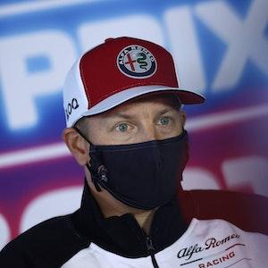 Kimi Räikkönen mit Kappe und Maske.