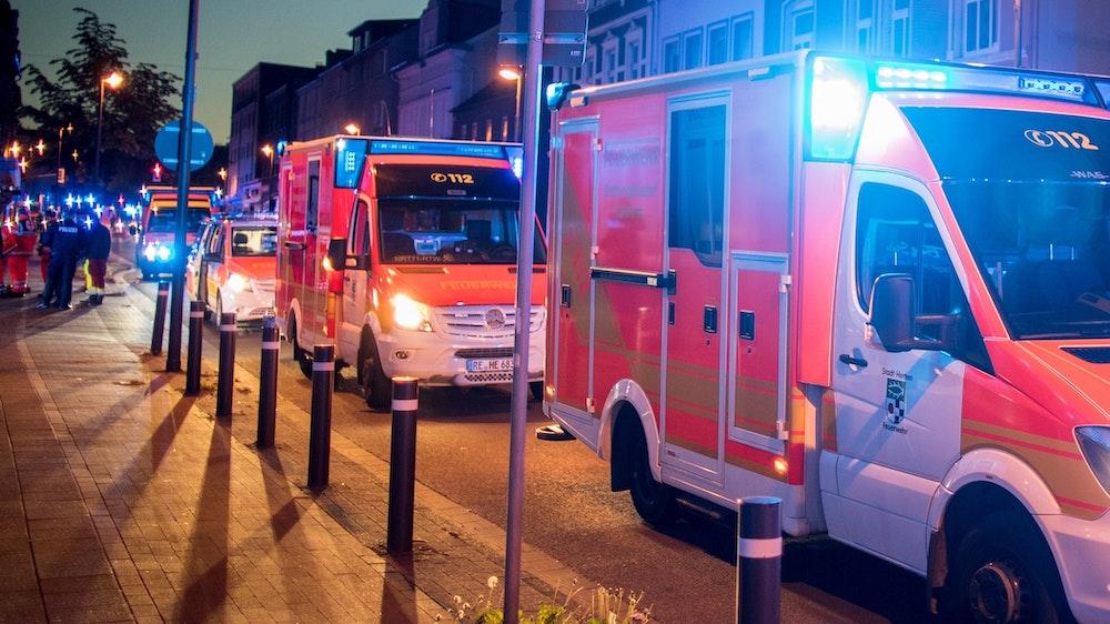 Der junge Mann musste mit lebensgefährlichen Verletzungen in ein Krankenhaus gebracht werden.