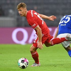 Joshua Kimmich (l) und Schalkes Amine Harit in Aktion.