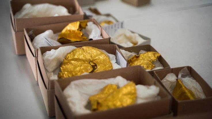Goldschatz in Dänemark entdeckt: Dieser Fund (siehe Foto) ist etwas ganz Besonderes. Er besteht aus 22 Teilen und stammt wohl aus dem 5. Jahrhundert.