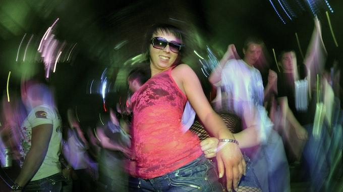 Illegale Party an der NRW-Grenze: Die Polizei löste eine solche Veranstaltung jetzt auf. Zu sehen ist: Techno-Fans tanzen am 2009 auf der Mayday in der Westfalenhalle Dortmund.