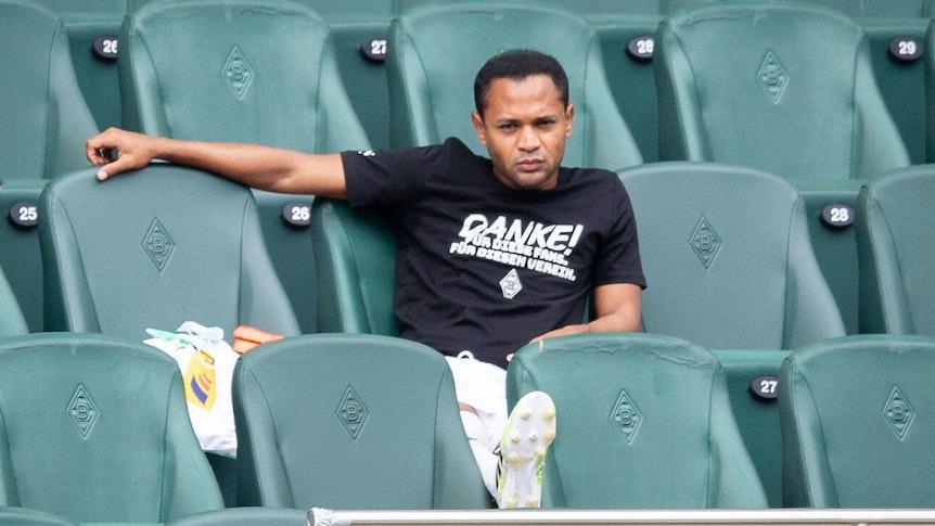 Ex-Gladbach-Spieler Raffael, auf diesem Foto am 27. Juni 2021 auf der Tribüne im Borussia-Park zu sehen. Es ist das letzte Mal gewesen, dass Raffael im Fohlen-Kader gestanden hat. Der Offensivspieler blickt auf das Spielfeld.