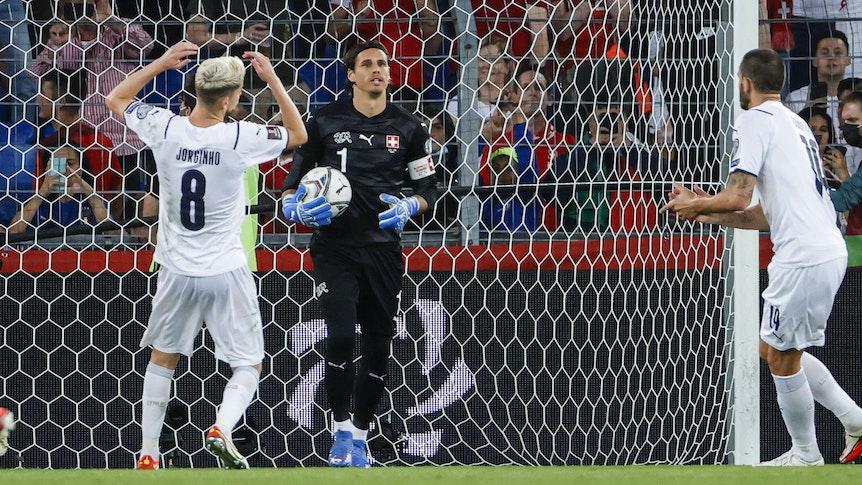 Gladbach-Torhüter Yann Sommer hält beim WM-Qualifikationsspiel der Schweiz gegen Europameister Italien (5. September 2021) einen Elfmeter von Jorginho und somit das 0:0 für die Eidgenossen fest.