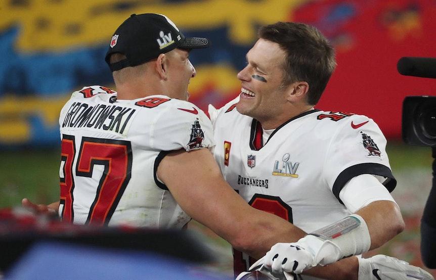 Rob Gronkowski und Tom Brady umarmen sich glücklich.