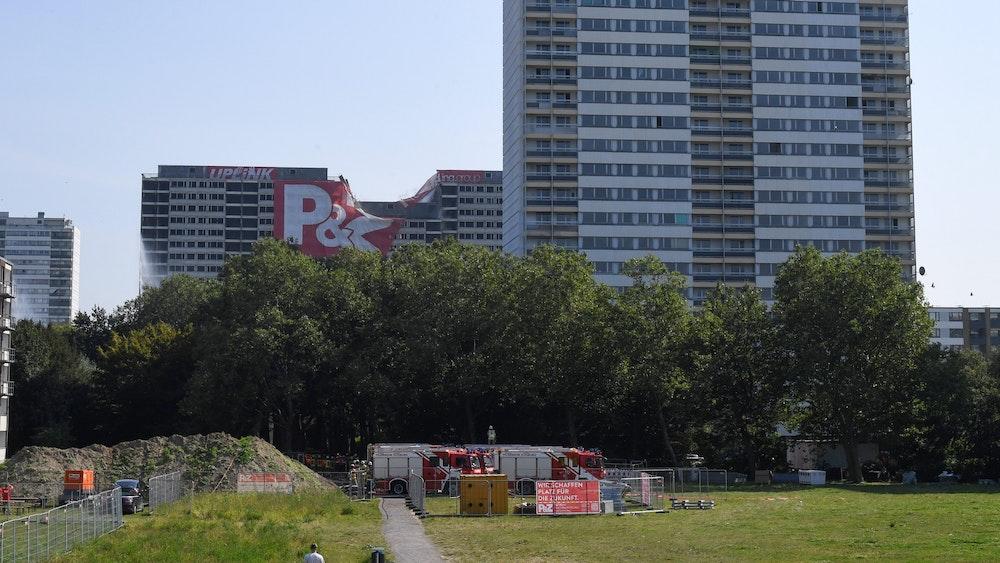 """Der """"Weiße Riese"""" in Duisburg am 5. September im Moment der Sprengung."""