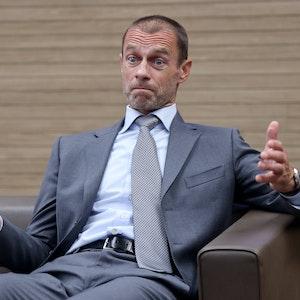 UEFA-Präsident Aleksander Ceferin sitzt auf einem Sessel und reißt die Augen auf.