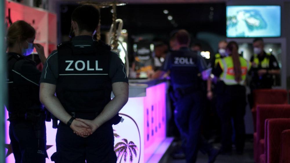 Mitarbeiter des Zoll kontrollieren eine Bar in Köln.