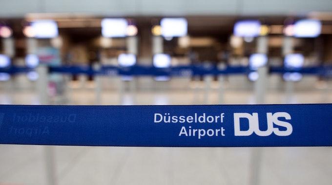 Absperrband am Check-In des Düsseldorfer Flughafens