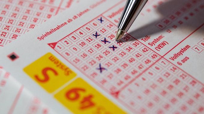Mit einem Kugelschreiber wird ein Lottoschein angekreuzt. Ein Glückspilz aus Mettmann hat 1,4 Millionen Euro beim Lottospielen gewonnen.