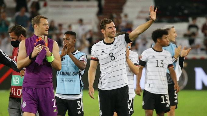 Manuel Neuer und Leon Goretzka winken nach dem Spiel den Fans zu.