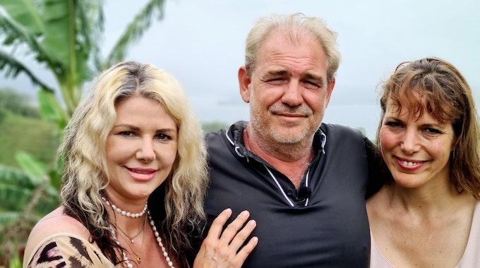 Bauer sucht Frau Interantional 2021, Bauer Nico aus Costa Rica mit Karin (l.) und Tirza