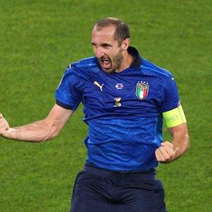 Chiellini ballt beide Fäuste und reißt den Mund auf.
