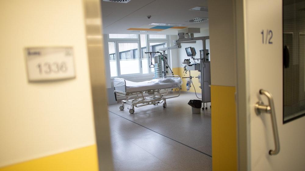 Ein leeres Bett steht Ende März 2020 in der Intensivstation des Prosper Hospitals in Recklinghausen. Die Corona-Infektionen sind nach dem Ferienende in NRW steil nach oben gegangen. Erneut appellieren Mediziner in NRW, Impfangebote anzunehmen.