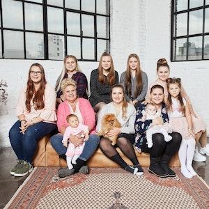 """""""Die Wollnys"""" sind zurück: In ihren neuen Folgen gibt es ordentlich Zoff um die Zwillinge. Auf unserem Foto sind sie 2019 bei einem Shooting für ihre RTLZWEI-Serie zu sehen."""
