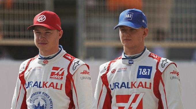 Mick Schumacher vom Haas F1 Team und sein russsischer Teamkollege Nikita Mazepin stehen für Werbeaufnahmen für die Formel 1 bereit