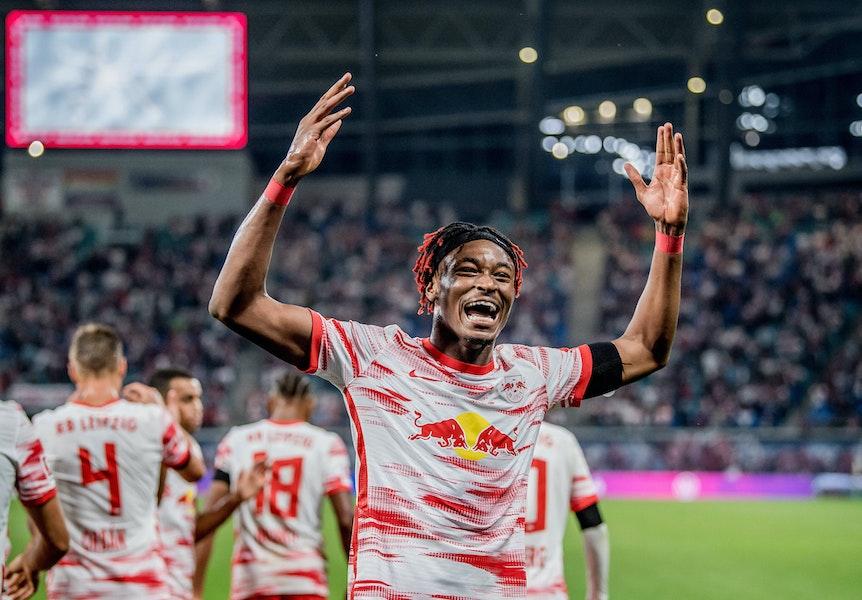 Leipzigs Mohamed Simakan jubelt nach dem Treffer zum 4:0 gegen Stuttgart