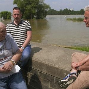 Rentner Gernot aus Köln erzählt am Rheinufer Sascha Heyna und Markus Adams sein Schicksal bei einer WDR-Doku.