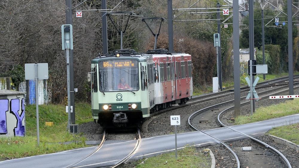 Eine Strassenbahn der Linie 66 kommt aus Richtung Siegburg zur Haltestelle Adelheidistrasse.