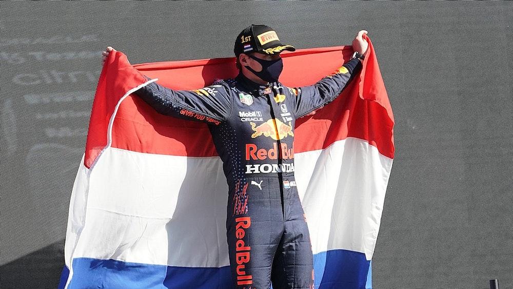 Sieger Max Verstappen aus den Niederlanden vom Team Red Bull Racing Honda hält eine niederländische Fahne.