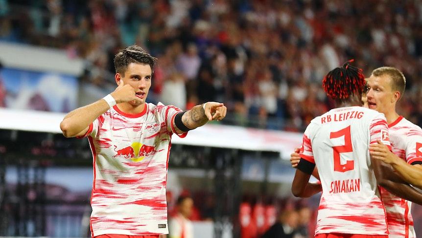Torschütze Dominik Szoboszlai freut sich wie Mohamed Simakan und Lukas Klostermann (v.l.n.r.) über sein 1:0 gegen Stuttgart.