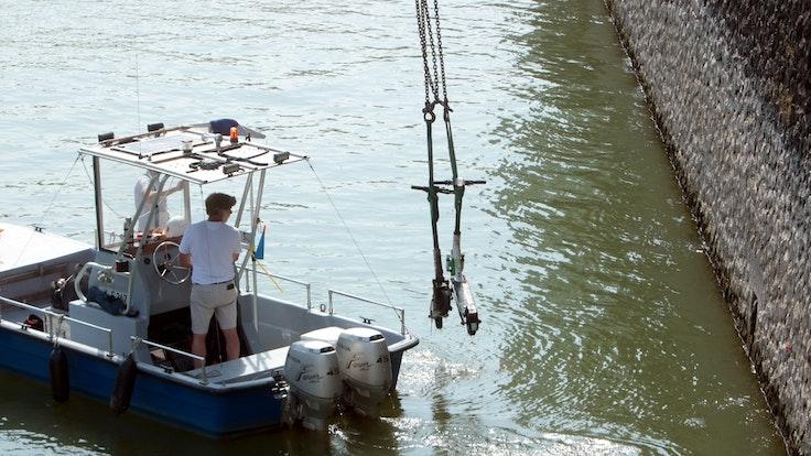 Köln: Am Rheinauhafen haben Taucher die ersten E-Scooter aus dem Wasser geholt.