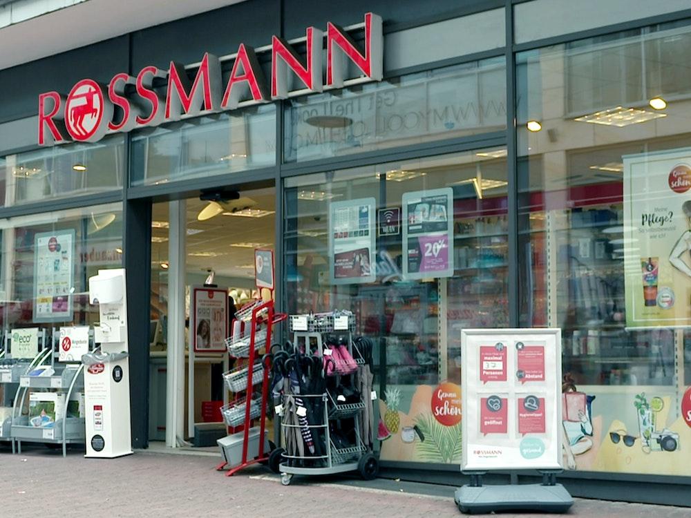 Das Foto zeigt eine Filiale der Drogeriemarkt-Kette Rossmann. Der Gründer der Rossmann-Märkte, Dirk Roßmann, hört als Geschäftsführer auf.