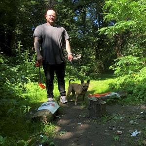 Hundehalter Thomas Plett mit seinem Hund im Volksgarten.
