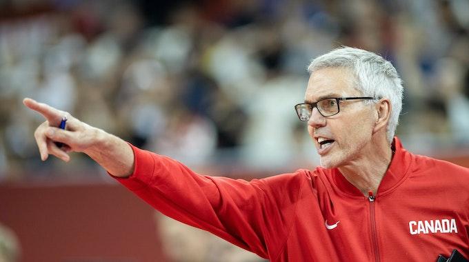 Kanadas Co-Trainer Gordon Herbert steht am Spielfeldrand.