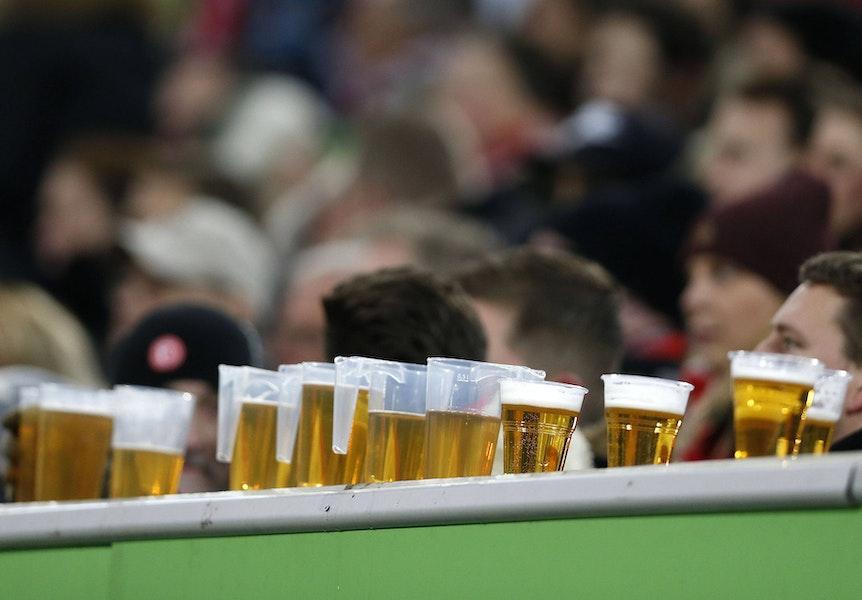 Bier gehört für viele Fans zum Fußball dazu.