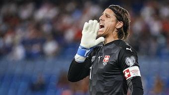 Yann Sommer, Torhüter von Fußball-Bundesligist Borussia Mönchengladbach, im Trikot der Schweizer Nationalmannschaft am 5. September 2021. Sommer hält die Hand an den Mund und ruft etwas auf den Platz.