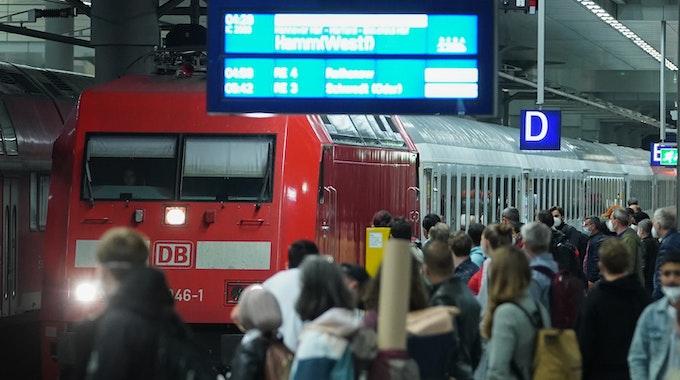 Bahnstreik ist vorbei: Reisende warten im Hauptbahnhof Berlin auf die Einfahrt des Intercity nach Hamm.