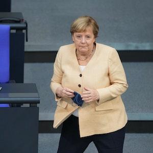 Bundeskanzlerin Angela Merkel (CDU) geht ans Pult, um ihre Rede im Plenum im Deutschen Bundestag zu halten. In seiner voraussichtlich letzten Debatte mitten in der Wahlperiode wurde über die Situation in Deutschland, die Entscheidung über den Hochwasser-Aufbaufond sowie die Neuregelungen zu Corona beraten. Dabei wurde es auch laut.
