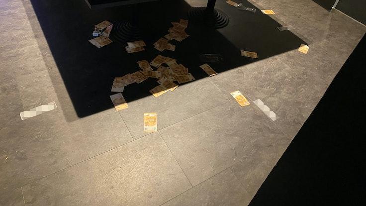 Geldscheine liegen rund um einen Spieltisch verstreut. Unter Federführung der Polizei Bonn wurden in der Nacht zum 5. September 2021 illegale Glücksspiel-Treffpunkte im Raum Siegburg ausgehoben.