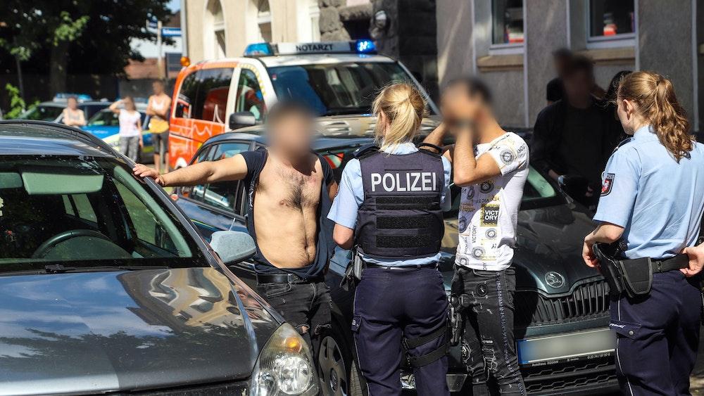 Das Symbolfoto aus Hagen zeigt einen Einsatz der Polizei am 22. Juni 2020. Nach einem Unfall mit einem verletzten Kind hatte es einen Massenstreit sowie eine Schlägerei unter Angehörigen von Kind und Unfallfahrer gegeben.