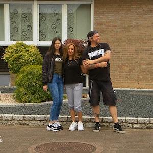 Goodbye Deutschland (Vox-Show): Deniz Gülpen (Mitte) Tochter Kiana und Partner Sascha Winkels lassen die Heinsberger Heimat hinter sich. Ihr Sehnsuchtsziel: Mallorca. +++ Foto am 7.9.2021 von der Teleschau