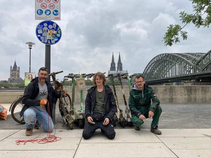 Kölner Umweltverein K.R.A.K.E bei Bergung von elf E-Scootern am Rheinboulevard