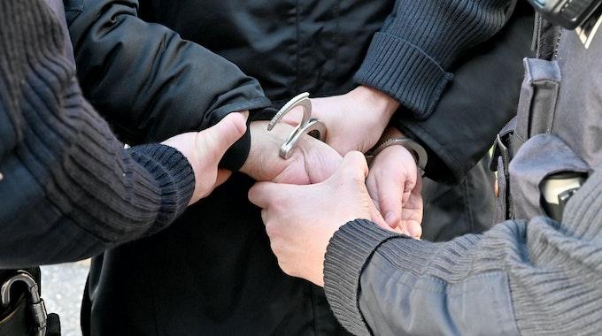 Gestellte Szene einer Festnahme durch Polizisten - Foto undatiert.
