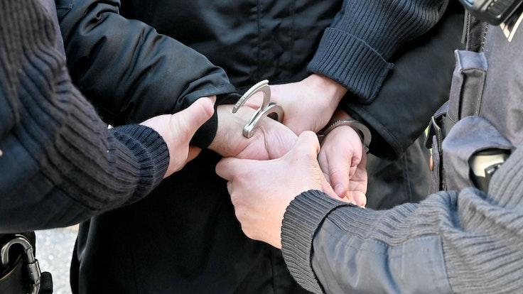 Gestellte Szene einer Festnahme durch Polizisten. Das Foto wurde am 19. Februar 2020 ohne Angabe des Entstehungsortes von der dpa gemacht.