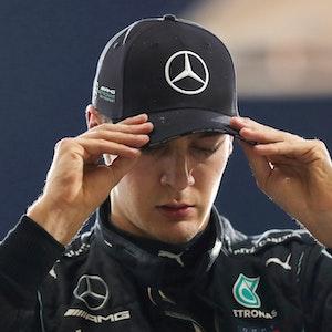 George Russell aus Großbritannien von Team Mercedes richtet sein Basecap.