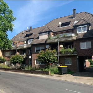 Im Dachgeschoss und Souterrain dieses Hauses stehen Eigentumswohnungen zum Verkauf.