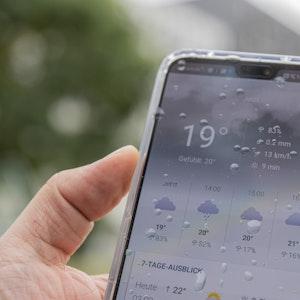 Wie gut oder wie schlecht sind Wetter-Apps? Unser Symbolbild von 2019 zeigt eine solche App auf einem Smartphone. Eine Wetterexpertin hat nun die digitalen Helfer bewertet.