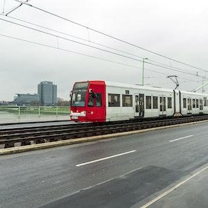 Eine Straßenbahn fährt über die Severinsbrücke in Köln.