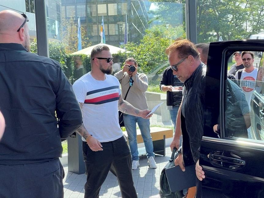 Arnold Schwarzenegger bei seiner Ankunft in Köln.